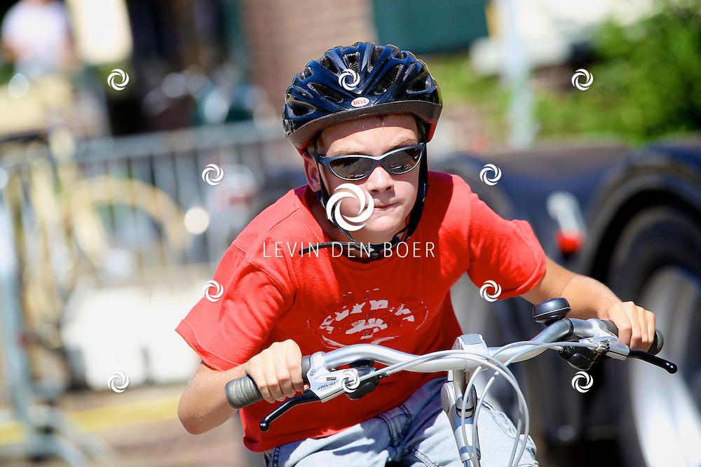 ALEM - Tijdens de feestweek van Alem is er een dikkebanden race georganiseerd. Jongeren fietsen een aantal minuten + 1 rondje en dan zien wie de winnaar word. FOTO LEVIN DEN BOER - PERSFOTO.NU
