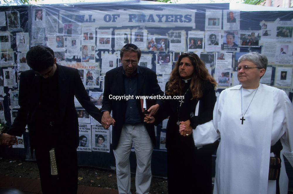 New York 9/11.  Bellevue Hospital; four religions prayer memorial and meeting point after the terorist attack  on world trade center towers in Manhattan  New york  Usa /   hopital Bellevue, priere des 4 religions; memorial aux disparus apres l'attaque terroriste sur les tours du world trade center a Manhattan  New york  USA