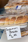 Kardemummafl&auml;tor till f&ouml;rs&auml;ljning hos det finska bageriet Home Bakery i Astoria, Oregon. <br /> Bageriet startades 1910 av tre finska emigranter Elmer Wallo, Charlie Jarvanin och Arthur A. Tilander. I dag drivs bageriet av Arthur A. Tilanders barnbarn James Tilander.<br /> <br /> Foto: Christina Sj&ouml;gren