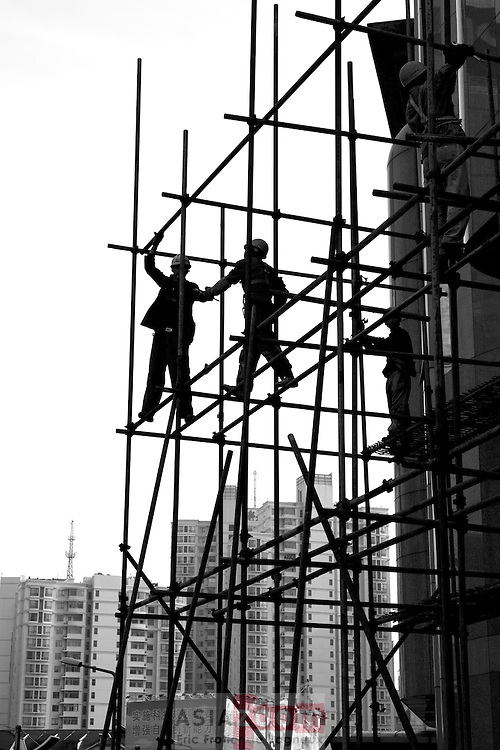 Funambule sur des échafaudages a Xujiahui, Shanghai, China