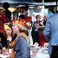 Nederland, Amsterdam , 29 april 2012..Op zondagavond 29 april schuiven ruim zevenhonderd volwassenen en 350 kinderen aan bij het Queensdinner rondom de fontein op de Hogeweg in Watergraafsmeer..VOORKEURFOTO!.Foto:Jean-Pierre Jans