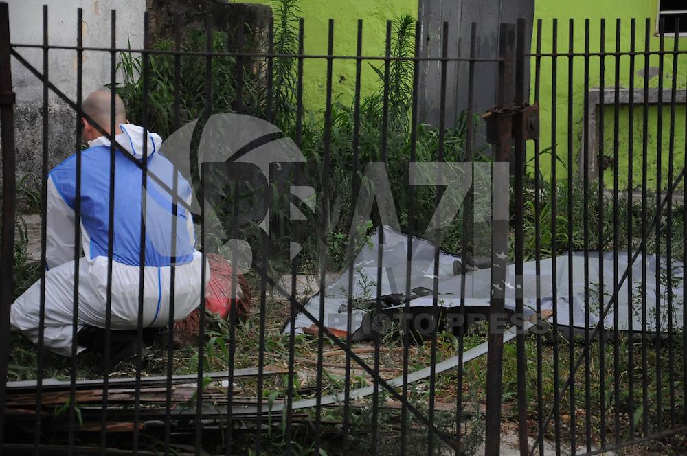 SAO PAULO, SP, 20.10.2014 - HOMEM TERIA MATADO TRES MULHERES - <br /> - Pericia trabalha em restos mortais de um corpo encontrado enterrado no quintal de uma casa na Rua Pedro de Oliveira Sim&otilde;es, no Bairro da Freguesia do &Oacute; em S&atilde;o Paulo, nesta segunda-feira ,20. O corpo &eacute; possivelmente da garota Jaqueline, que estava desaparecida, mas ainda passar&aacute; por per&iacute;cia. O principal suspeito &eacute; o namorado dela, que confessou a morte dela e outras duas mulheres. (Foto: Bruno Ulivieiri / Brazil Photo Press).
