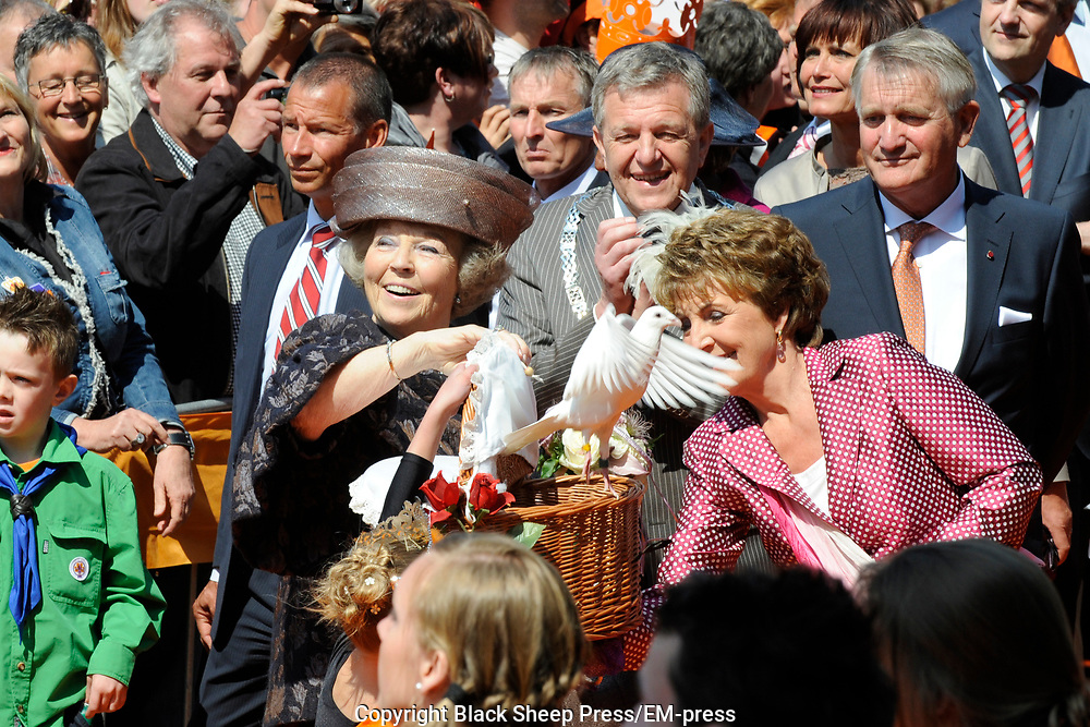 Koninginnedag 2011 in de Limburgse plaats Weert // Queen's Day 2011 in the southern of Holland ( Limburg). The Royal family is visiting the city of Weert.<br /> <br /> Op de foto / On the photo: Prinses Magriet en Koningin Beatrix / Queen Beatrix