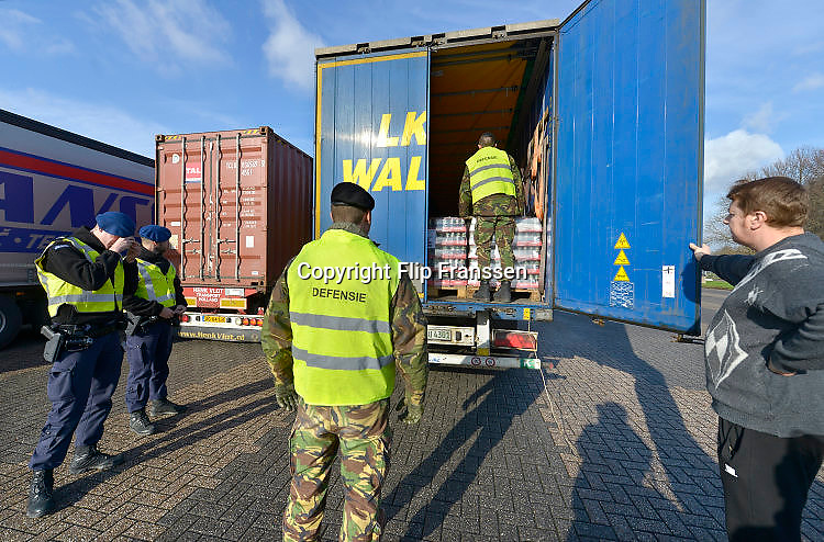 The Netherlands, Nederland, Eijsden, 23-3-2016 Extra grenscontrole op de A2 door de marechaussee en militairen, soldaten van de landmacht, het leger op verkeer uit Belgie op mensensmokkel, illegalen . Extra border security on the A2 highway by the Military Police and army at the border with Belgium. Foto: Flip Franssen