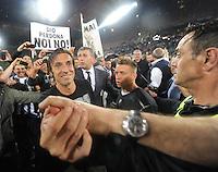 FUSSBALL INTERNATIONAL  SERIE A  SAISON  2011/2012  37.Spieltag  Cagliari Calcio - Juventus Turin  06.05.2012 Andrea Pirlo (links) jubelt nach dem Spiel mit den Fans ueber den Sieg