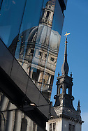 London. UK  Saint Paul cathedral reflected on a mirror building / Londres . La cathedrale saint paul , reflet sur une tour miroir. . Grande Bretagne