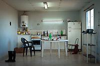INTERIOR DE LA COCINA UTILIZADA POR LOS PEONES DE UN TAMBO, PROVINCIA DE SANTA FE, ARGENTINA (PHOTO © MARCO GUOLI - ALL RIGHTS RESERVED)