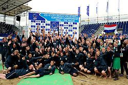 03-06-2012 VOLLEYBAL: EK BEACHVOLLEYBAL FINAL: SCHEVENINGEN<br /> Organisatie en alle vrijwilligers met de winners op de foto <br /> &copy;2012-FotoHoogendoorn.nl