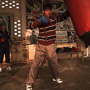 Un élève s'entraîne avec le punching-ball dans la cour du BBC (Bhiwani Boxing Club) de Bhiwani, ville rurale pas loin de Delhi