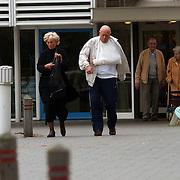 Ciska Peters en Pim ter Linde verlaten ziekenhuis Hilversum na controle van Pim's hand bij de plastisch chirurg