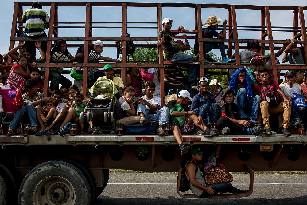 En el recorrido hasta el pueblo de San Pedro Tapanatepec, Oaxaca, familias enteras se amontonan  encima de un trailer. Estado de Oaxaca, México. 27/10/2018<br /> <br /> A mediados de octubre 2018, miles de migrantes hondureños abandonaron sus casas para emprender el viaje hasta los Estados Unidos, recorriendo casi 5.000 kilómetros hasta la ciudad fronteriza de Tijuana en menos de dos meses.<br /> Las 10.000 personas (según estimaciones de la UNCHR) que conformaron la caravana visibilizaron el fenómeno migratorio por primera vez en Centroamérica, denunciando las problemáticas de extrema pobreza y violencia presentes en los lugares de origen.