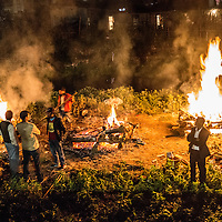 Relatives carry out mass cremations at nightfall 26 April 2015 of victims who perished in the devastating earthquake of 25 April, in Kathmandu, Nepa