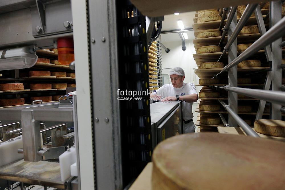 Ouvrier avec robot dans la cave à fromage de l'entreprise Milco SA, Sorens / Vuisternens en Ogoz. Arbeiter und Roboter, MIlco SA.