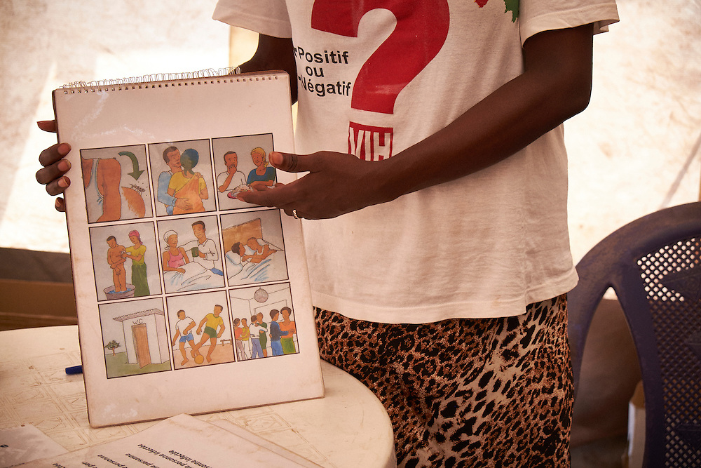 A HIV activist undertakes an awareness session on HIV transmission at the MSF mobile clinic in the neighbourhood of Sangoyah Market, Conakry, Guinea on March 17, 2016. MSF launched a HIV testing campaign in Conakry with the support of health authorities moving throughout several neighbourhoods throughout 2016.<br /> <br /> Despite countries in West and Central Africa having a relatively low HIV prevalence (