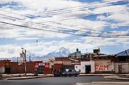 El Alto es una ciudad con 30 años de vida de un millón de habitantes construida al lado de La Paz a 4000m de altura. Es un lugar caótico debido a este crecimiento vertiginoso gracias a la inmigración de las zonas rurales de Bolivia. Con la llegada de Evo Morales al poder una nueva burguesía aymara empezó a reivindicarse como tal sin perder su identidad. Uno de los símbolos más visibles son las casas que se construyen enmarcadas en lo que ellos denominan nueva arquitectura andina, un tipo de construcción ideada por Freddy Mamani. Son casas al uso de cada propietario, la mayoría comerciantes, que destacan por sus colores y formas. Todas ellas están pensadas como un negocio en si mismo, disponen de locales comerciales, salones de baile, apartamentos y en el tejado construyen su vivienda con todas las comodidades en forma de chalet.