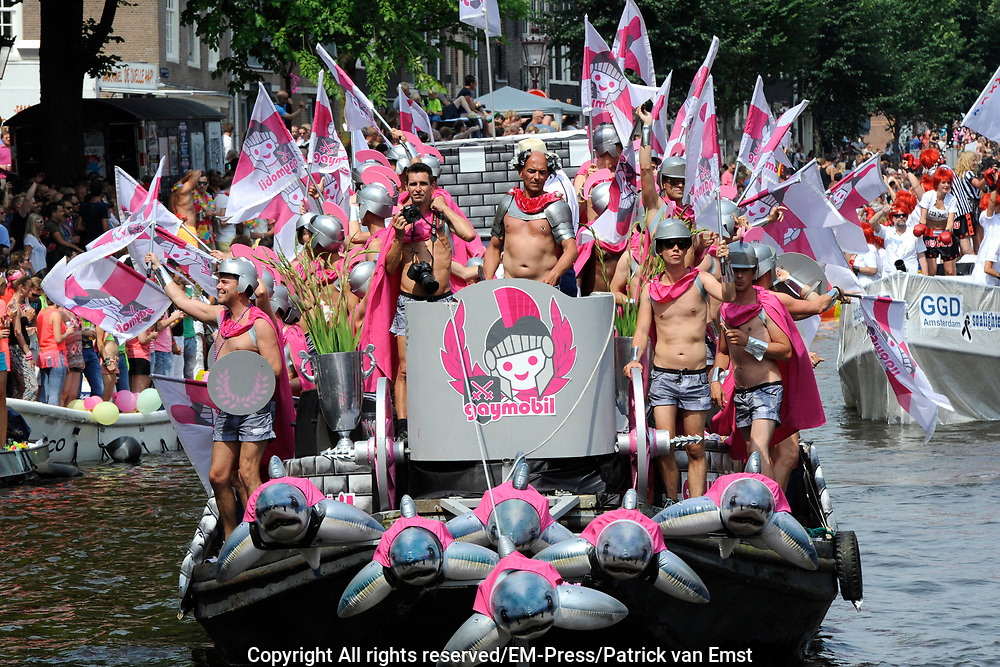 De Canal Parade 2014 - een botenparade over de Amsterdamse grachten en het hoogtepunt van Gay Pride Amsterdam.<br /> <br /> The Canal Parade 2014 - a boat parade on the canals of Amsterdam and the highlight of Gay Pride Amsterdam.<br /> <br /> Op de foto / On the photo: <br /> <br /> <br />  Een deelnemende boot - Gaymobil / A participating boat
