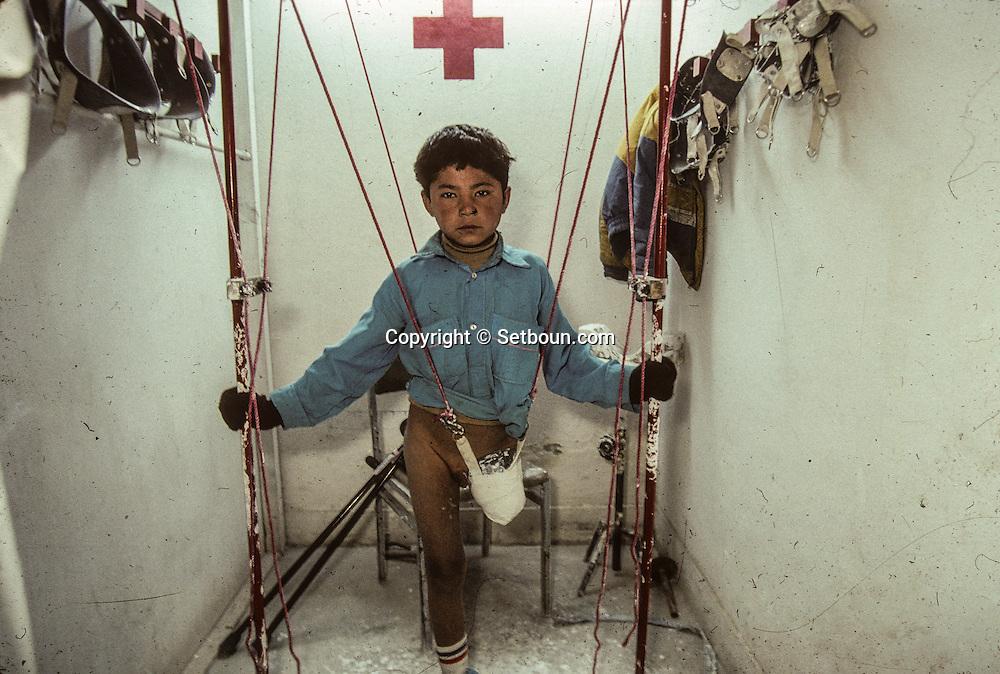 Afghanistan. The ICRC orthopedic center in Kabul treats, without distinction, government soldiers and Mujahiddins  Kabul  Afghanistan / Le centre orthopédique du C.I.C.R. à Kaboul soigne indifféremment, soldats gouvernementaux et moudjahidines.  Kaboul  Afghanistan