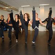 NLD/Amsterdam/20061002 - Perspresentatie musical Oebele, danseressen van Lucia Marthas