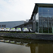 "Nederland Moordrecht 5 april 2009 20090405 Foto: David Rozing ...reusachtige reclame uiting mercedes dealer: lange rij bestelbusjes met daaarop de tekst "" nu extra voordeel "" Ivm de economische crisis is de auto verkoop moeizaam. ..Foto: David"