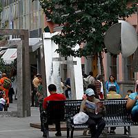 TOLUCA, México.- Las esculturas de acero inoxidable que se encontraban en el parque Zaragoza fueron instaladas en el pasaje Constitución de los Portales de Toluca, en donde los paseantes por el lugar pueden observar el trabajo realizado por artistas de diversas nacionalidades. Agencia MVT / Crisanta Espinosa. (DIGITAL)