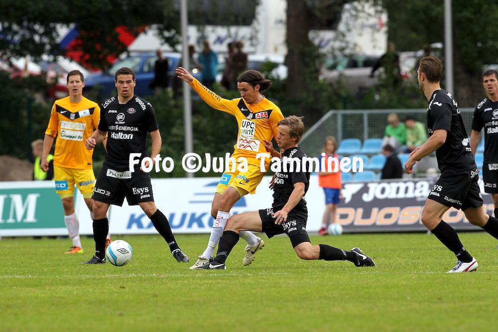 13.6.2013, Kisapuisto, Lahti.<br /> Veikkausliiga 2013.<br /> FC Lahti - Vaasan Palloseura.<br /> Tony Bj&ouml;rk (VPS) v Konsta Hietanen (FC Lahti).