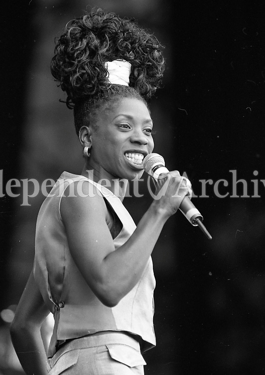 Heather Small on stage at the Feile Festival in Pairc Ui Chaoimh, Cork, 04/08/1995 (Part of the Independent Newspapers Ireland/NLI Collection).