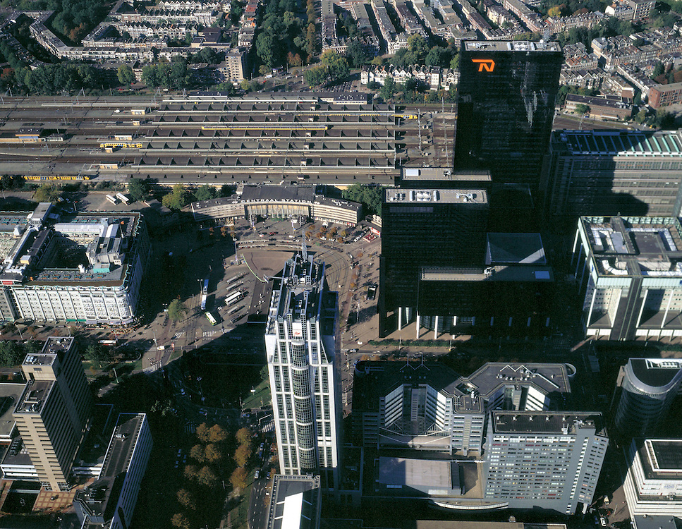 Nederland, Rotterdam, Stationsplein, 08-03-2002; luchtfoto (25% toeslag); centrum van Rotterdam met aan het Weena (van links naar rechts): Groothandelsgebouw (direkt links naast het Station), Millenium- of Weenatoren (midden onder), Delftse Poort of Nationale Nederlanden; wolkenkrabbers, skyscrapers, hoogbouw, spoorwegen, bombardement, wederopbouw, stadsvernieuwing, .NB ook andere foto's van deze lokatie in archief.Foto Siebe Swart