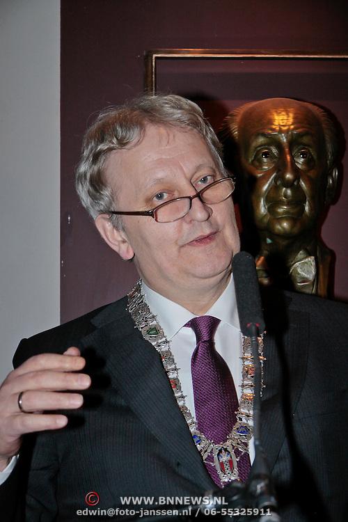 NLD/Amsterdam/20110303 - Fons van Westerloo ontvangt Koninklijke Onderscheiding, Burgemeester van Amsterdam Eberhard van der Laan
