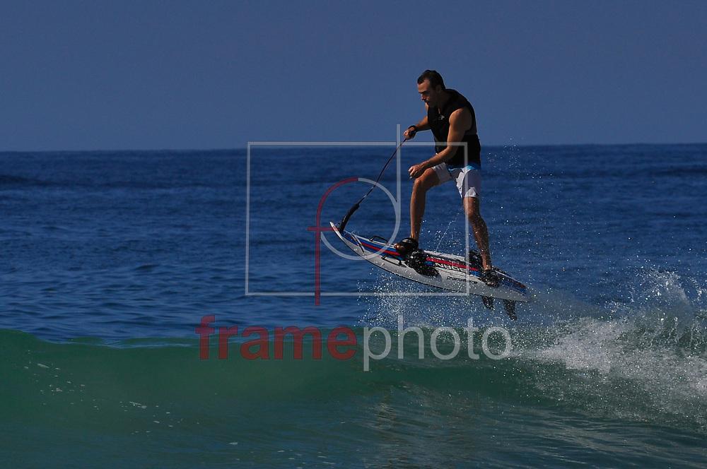 Um surfista aproveita o dia de sol com sua prancha a motor e desliza sobre as ondas de Ipanema. Após o Natal Rio tem sexta-feira (26) de muito calor e sol na praia de Ipanema. A expectativa é de um fim de semana de sol e praia para cariocas e turistas que chegam à cidade para o Reveillon Foto: ERBS JR./Frame