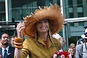 Hare Koninklijke Hoogheid Prinses Máxima  heeft donderdag 17 juni het nieuwe gebouw van het ministerie van Onderwijs, Cultuur en Wetenschap (OCW), De Hoftoren, officieel openen. Het ministerie was tot vorig jaar oktober gehuisvest in Zoetermeer. Aanleiding voor de verhuizing was de afstand tussen Zoetermeer en het politieke hart in Den Haag. OCW heeft nu een onderkomen vlakbij collega-departementen, het politieke bedrijf en het Centraal Station. Na een toespraak door minister Van der Hoeven van OCW onthult de Prinses in de hal van het gebouw een plaquette. <br /> Het Amerikaans-Engels architectenbureau Kohn Pedersen Fox ontwierp de 142 meter hoge Hoftoren. Het ranke gebouw heeft een transparant karakter met rondom veel glas, zoals ramen van 2,7 meter hoog, en een opvallend lichte, acht meter hoge entreehal<br /> <br /> Prinses Maxima  did the opening for the new miniserie for culture and education in The Hague. The building is designed bij the German American Kohn Pedersen Fox and had won a price for its design.