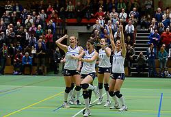 14-12-2013 VOLLEYBAL: SLIEDRECHT SPORT - VC SNEEK: SLIEDRECHT<br /> Sliedrecht Sport wint met 3-0 van Sneek / Vreugde bij Sliedrecht met Inge Molendijk, Mariska Koster, Esther van Berkel en Nienke de Waard<br /> &copy;2013-FotoHoogendoorn.nl