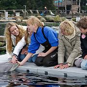 NLD/Harderwijk/20100320 - Opening nieuwe Dolfinarium seizoen met nieuwe show, Inge de Bruijn met moeder Rika, neefje Max en nichtje Annika aaien de dolfijn