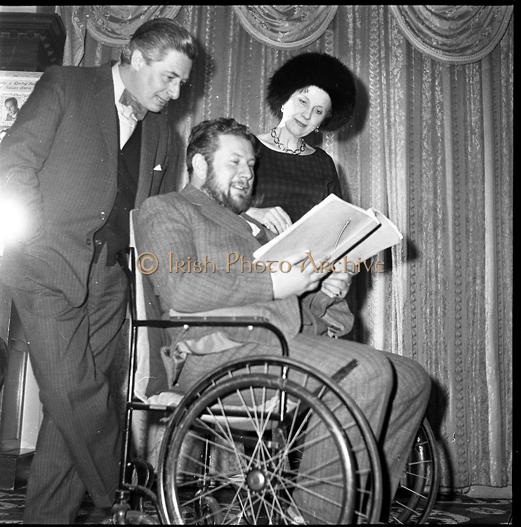 "Peter Ustinov at the Gaiety Theatre, Dublin, prior to acting and directing in his new play ""Photo Finish"".  .Pictured here with co-stars Diana Wynward and Paul Rogers..05.03.1962"