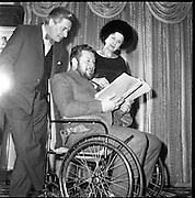 """Peter Ustinov at the Gaiety Theatre, Dublin, prior to acting and directing in his new play """"Photo Finish"""".  .Pictured here with co-stars Diana Wynward and Paul Rogers..05.03.1962"""