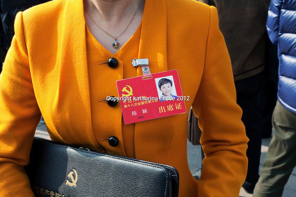 BEIJING, NOV. 8, 2012 : Ein Mitglied der Kommunistischen Partei vor der  Grossen Halle des Volkes.