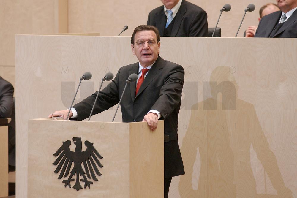 08 NOV 2002, BERLIN/GERMANY:<br /> Gerhard Schroeder, SPD, Bundeskanzler, haelt eine Rede, waehrend einer Sitzung des Bundesrates, Bundesrat<br /> IMAGE: 20021108-01-023<br /> KEYWORDS: Gerhard Schr&ouml;der, speech