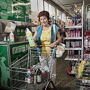"""Gesti quotidiani di risparmio energetico.<br /> Energy efficiency opportunities act. <br /> <br /> Progetto per immagini e parole """"Colti in flagranza di risparmio energetico"""" dei fotografi Michele D'Ottavio e Ornella Orlandini.<br /> <br /> MARISA, 65 anni, pensionata<br /> ore 12.34<br /> <br /> Collegno - corso Francia Colta nell'atto di comprare detersivo alla spina.<br /> <br /> Lo faccio per evitare di pagare un sovrapprezzo sul prodotto determinato dalla pubblicità delle varie marche e per ridurre l'inquinamento della plastica. Per lo stesso motivo a casa mia si beve l'acqua del rubinetto. Si parla molto di risparmio energetico e di ridurre l'inquinamento. Sembra che si risolva il problema con la raccolta differenziata, ma sarebbe meglio produrne di meno, non tanto riciclarla a posteriori. Non capisco ad esempio la necessità di involucri diversi e difficili da differenziare. È chiaramente un interesse pubblicitario. Però se davvero non si volesse inquinare, bisognerebbe eliminare tutto ciò che ricopre la merce o almeno dare delle indicazioni e limitazioni. Anche per le medicine: chi ha la necessità di prenderne, ogni settimana si ritrova a buttar via una borsata di scatolette di carta e di plastica. A volte non capisco. Probabilmente diventeremo come i gabbiani, che sono felici di cibarsi dall'immondizia."""