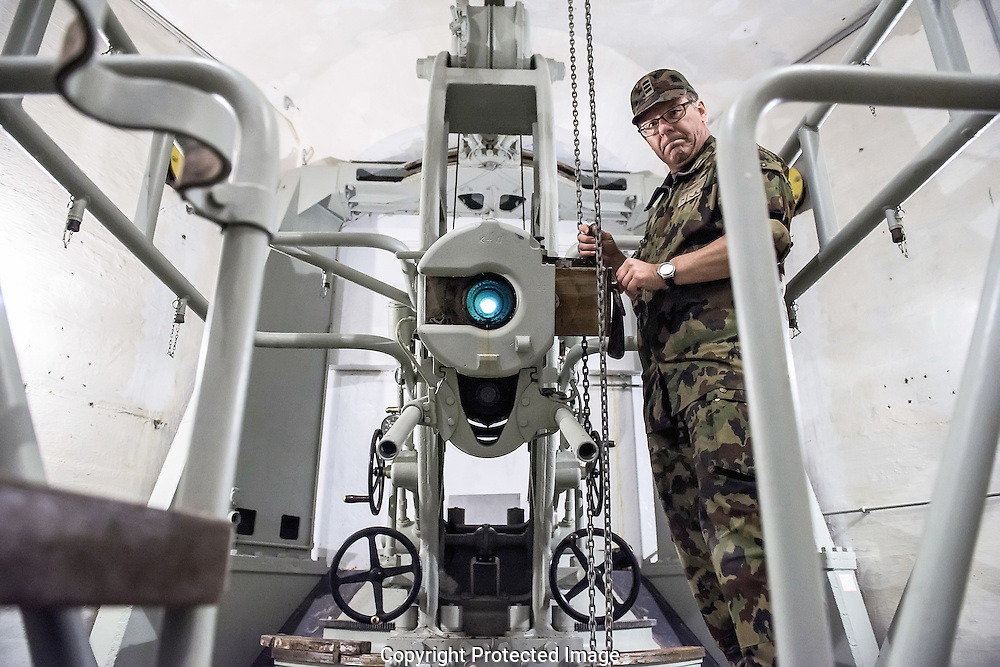 LA VISITE DE  LA FORTERESSE DE DAILLY AU DESSUS DE SAINT MAURICE 26 JUIN 2015.<br /> <br /> Le colonel Serge Monnerat et un canon de 10, 5 cm<br /> <br /> (PHOTO-GENIC.CH/ OLIVIER MAIRE)<br /> Savatan<br /> arm&eacute;e<br /> militaire<br /> formation recrues<br /> galerie, tunnel, arme, canon,