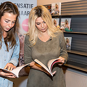 NLD/Utrecht/20171101 - Presentatie Boek van Bobbi Eden - Iedereen kan Haken, Bobbi Eden bekijkt haar boek