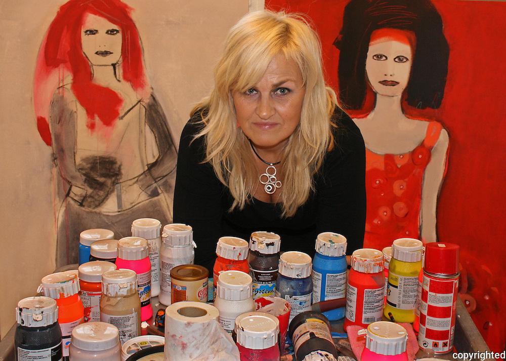 May Lise Hoel, painter, Trondheim, Norway. May Lise Solem Hoel (1960) fra Trondheim. F&oslash;rst og fremst kjent for sine fargesterke malerier av kvinner. Ogs&aring; foto, collage, silketrykk og grafikk. Autodidakt, med 20 &aring;rs bakgrunn som grafisk designer. Etablerte i 2003 prosjektet og nettstedet Faen Heller, med fokus p&aring; incest og seksuelle overgrep mot barn.<br /> Norwegian artist, born i 1960.