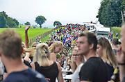 Nederland, Groesbeek, 20-7-2016 Deelnemers aan de 101e, 4daagse, vierdaagse, lopen op de derde dag, de dag van Groesbeek, o.a over de zevenheuvelenweg. Het is de zwaarste dag vanwege de heuvels. Langs de route staan een paar boerenkarren met jongeren die met luidde muziek de wandelaars aanmoedigen. Ook brengen veel militairen, en zeker die uit Canada, een bezoek aan de Canadese militaire begraafplaats waar honderden gesneuvelde soldaten liggen die hier in 1944 gevochten hebben. 4 Daagse, Dag van Groesbeek, Zevenheuvelenweg. De vierdaagse is het grootste wandelevenement ter wereld. Deze dag is beroemd vanwege de heuvels die belopen moeten worden. Blaren en voeten worden verzorgd op een hulppost van Rode Kruis en de landmacht. Ook de plaatselijke bevolking en vooral de jeugd verzorgen veel afleiding met muziek, water en eten en drinken op het parcours . Foto: Flip Franssen