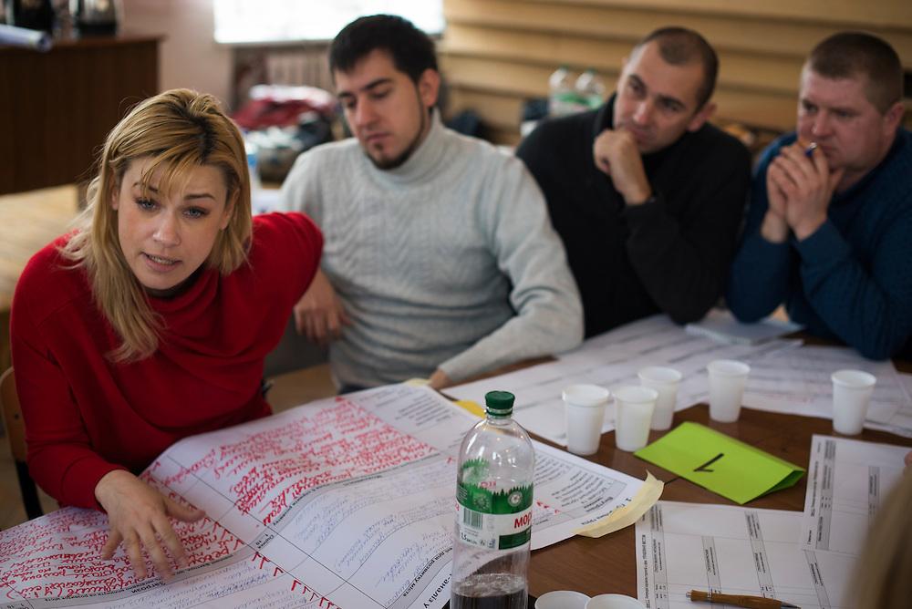 Elena Yeskina, l'une des adjoints du maire, et sa compagne &eacute;galement, m&egrave;ne un d&eacute;bat avec des volontaires venus participer &agrave; la journ&eacute;e de brainstorming pour am&eacute;liorer la vie &agrave; Hlukhiv, le 6 D&eacute;cembre 2015.<br /> <br /> Elena Yeskina leads a group of volunteers in brainstorming ideas for improving various aspects of civic life on December 6, 2015 in Hlukhiv, Ukraine.