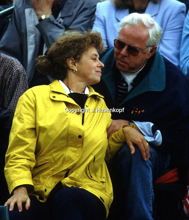 Melanie Molitor und Lebensgefaehrte Mario Widmer unterhalten sich auf der Tribuene,Mutter laechelt nach Sieg von Martina Hingis,Tennis,Wimbledon1997,Grand Slam Turnier,  HF , Portrait,Portraet, privat, Manager,Sport,.