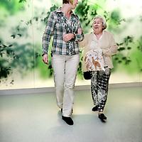 Nederland, Amsterdam , 1 oktober 2009..COGA (Centrum voor Ouderengeneeskunde Amsterdam) .Binnenkort komt u voor onderzoek naar het Centrum voor Ouderen- .geneeskunde Amsterdam (COGA). In deze folder vindt u belangrijke .informatie ten aanzien van uw bezoek aan het COGA. Dit dagcentrum .is een initiatief van de afdelingen interne geneeskunde en neurologie .van VUmc en GGZ inGeest en is bedoeld voor oudere patiënten die .niet geholpen kunnen worden met één of twee polikliniekbezoeken, .maar waarvoor opname niet noodzakelijk is. Het COGA richt zich op .onderzoek en behandeling van ouderen bij wie sprake is van meerdere .aandoeningen tegelijkertijd. Vaak gaat het om een combinatie van .problemen op lichamelijk, geestelijk en sociaal gebied, waardoor de .zelfredzaamheid negatief beïnvloed wordt. Dikwijls worden ouderen .geconfronteerd met een algehele achteruitgang en kan er sprake zijn .van een combinatie van onderstaande klachten: . .o geheugenproblematiek en verwardheid; .o loopproblemen en de neiging tot vallen; .o interesseverlies, 'nergens meer toe komen'; .o  onverklaarbare achteruitgang in het dagelijks functioneren; .o  polyfarmacie, dat wil zeggen het gebruiken van .veel medicijnen tegelijkertijd..De internist-geriater (een arts gespecialiseerd in ouderen) onderzoekt .de oorzaken van deze klachten, zoekt naar mogelijkheden voor .behandeling en geeft adviezen. .De internist-geriater (een arts gespecialiseerd in ouderen) onderzoekt .de oorzaken van deze klachten, zoekt naar mogelijkheden voor .behandeling en geeft adviezen. .De internist-geriater (een arts gespecialiseerd in ouderen) onderzoekt .de oorzaken van deze klachten, zoekt naar mogelijkheden voor .behandeling en geeft adviezen. .De internist-geriater (een arts gespecialiseerd in ouderen) onderzoekt .de oorzaken van deze klachten, zoekt naar mogelijkheden voor .behandeling en geeft adviezen. .COGA is een goed voorbeeld van de samenwerkingsverband tussen VUmc en GGZ IN Geest..Op de foto: Patiente wordt na