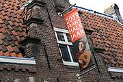 Koningin Beatrix opent jubileumexpositie Frans Hals Museum. Ter gelegenheid van het 100-jarig bestaan van het museum zijn schilderijen van Hals te zien tussen werk van bekende voorgangers en tijdgenoten. <br /> <br /> Queen Beatrix opens jubilee exhibition Frans Hals Museum. To mark the 100th anniversary of the museum are paintings by Hals seen between work of famous predecessors and contemporaries.<br /> <br /> Op de foto/Onthe Photo: <br /> <br />  Frans Hals Museum