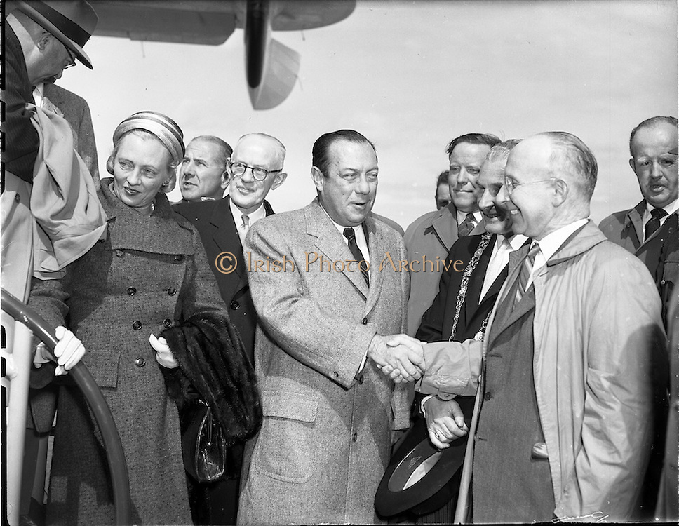 26/04/1958 <br /> 04/26/1958<br /> 26 April 1958<br /> Arrival of Seaboard Super Constellation at Dublin Airport, due to begin Aer Lingus' first transatlantic service two days later. Image shows  Mayor of New York Robert Wagner (left) being greeted by John Leydon, Chairman of Aer Linte. between the two men is James Carroll, Lord Mayor of Dublin. Mrs Wagner is on left.