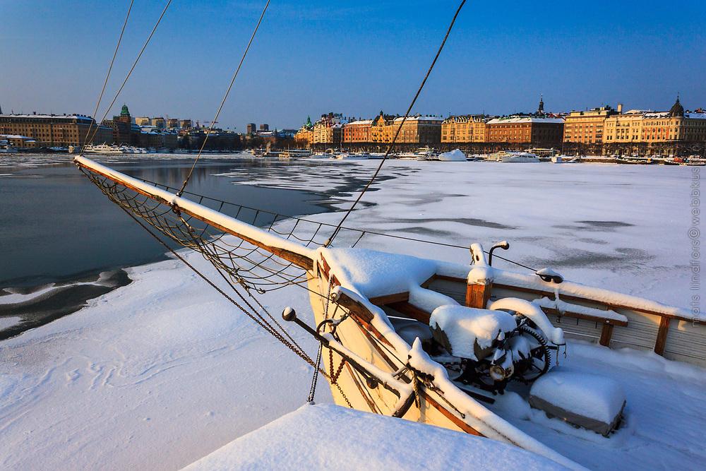Is vinter vid Galaärbryggan på Djurgården med Nybroviken i Stockholm