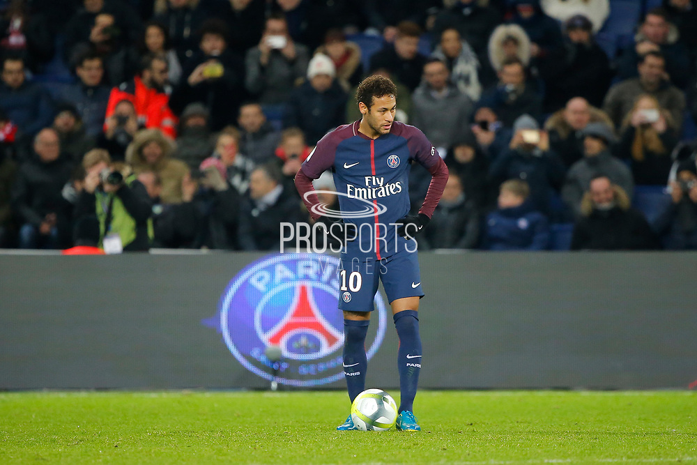 Neymar da Silva Santos Junior - Neymar Jr (PSG) before to kick the ball during the French Championship Ligue 1 football match between Paris Saint-Germain and ESTAC Troyes on November 29, 2017 at Parc des Princes stadium in Paris, France - Photo Stephane Allaman / ProSportsImages / DPPI