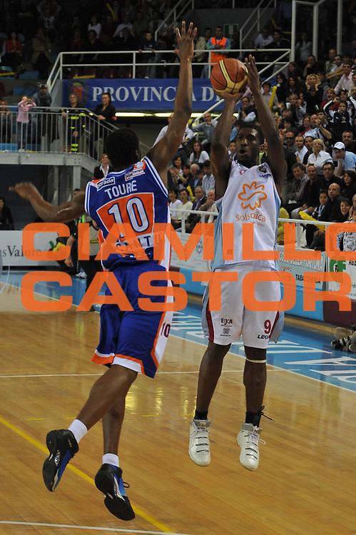 DESCRIZIONE : Rieti Lega A1 2007-08 Solsonica Rieti Tisettanta Cantu<br /> GIOCATORE : Steven Smith<br /> SQUADRA : Solsonica Rieti<br /> EVENTO : Campionato Lega A1 2007-2008 <br /> GARA : Solsonica Rieti Tisettanta Cantu<br /> DATA : 27/04/2008<br /> CATEGORIA : Tiro<br /> SPORT : Pallacanestro <br /> AUTORE : Agenzia Ciamillo-Castoria/E. Grillotti<br /> <br /> Galleria : Lega Basket A1 2007-2008 <br /> Fotonotizia : Rieti Campionato Italiano Lega A1 2007-2008 Solsonica Rieti Tisettanta Cantu <br /> Predefinita :