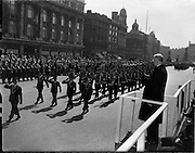 17/04/1960.04/17/1960.17 April 1960.Easter Military Parade..An t-Uachtarain, Mr Eamonn de Valera taking the salute as members of the Slua Muiri(Naval Reserve) pass the Saluting base at the G.P.O., Dublin, at the Annual Military Parade on Easter Sunday.